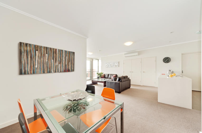 Rhodes Shoreline 2 bed corporate apartment dining