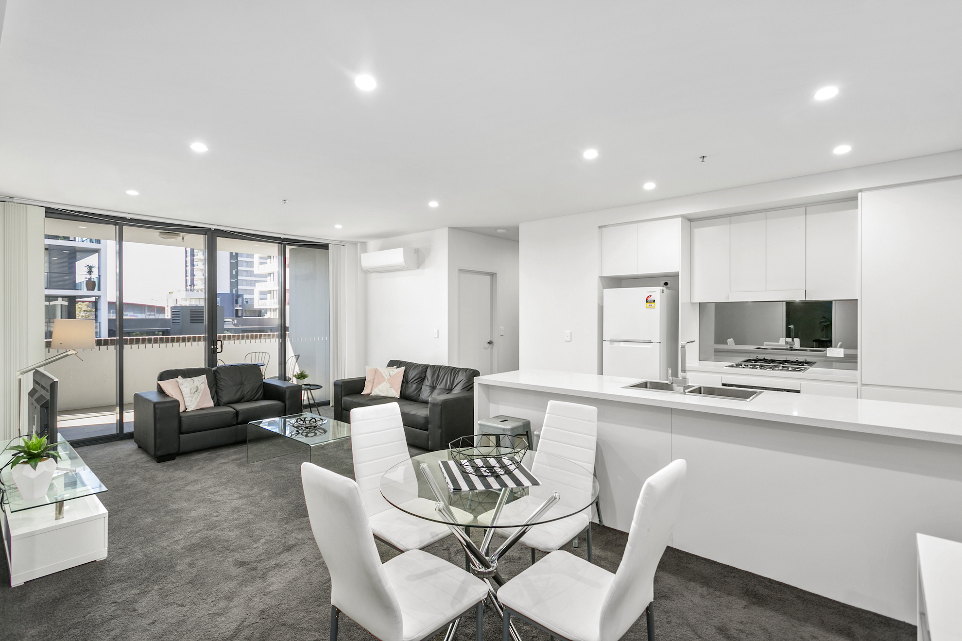 Wollongong Crown 3 bed corporate apartment dining